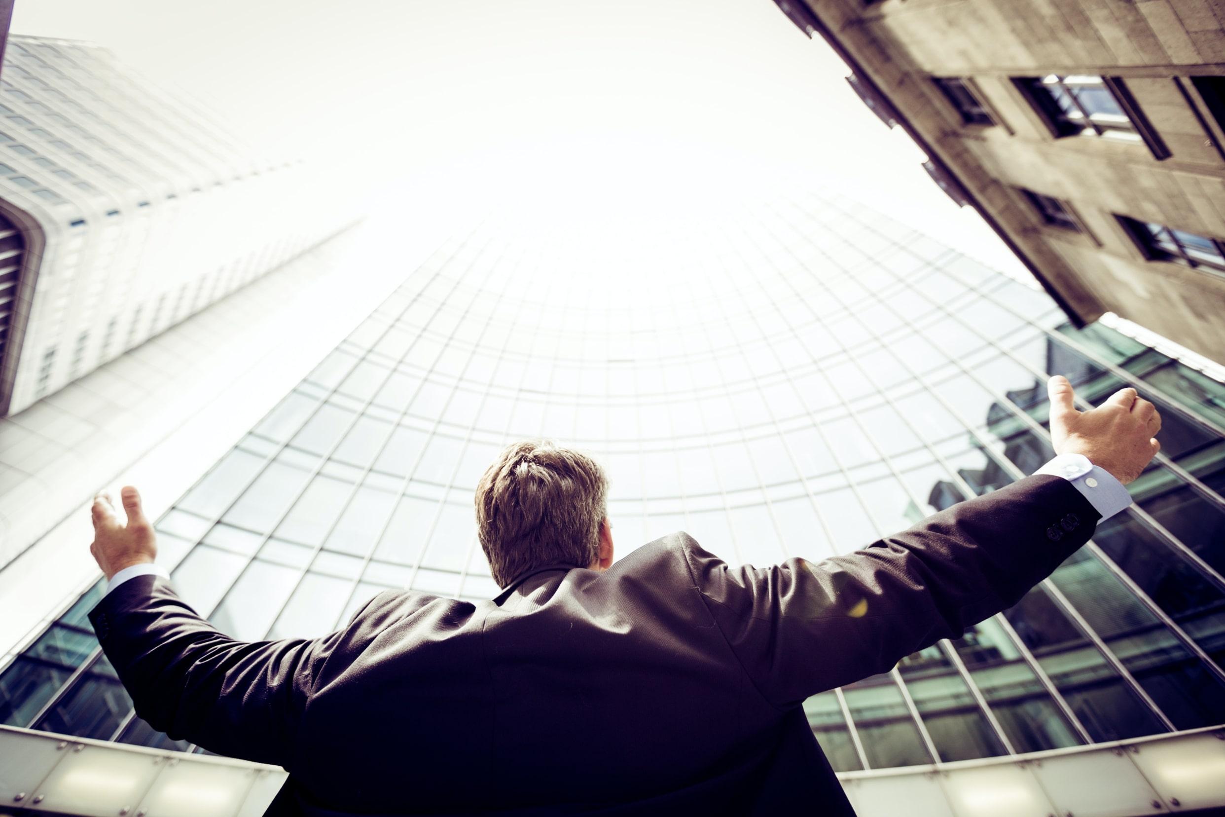 Man-thanking-marketing-for-niche-business-unsplash-1